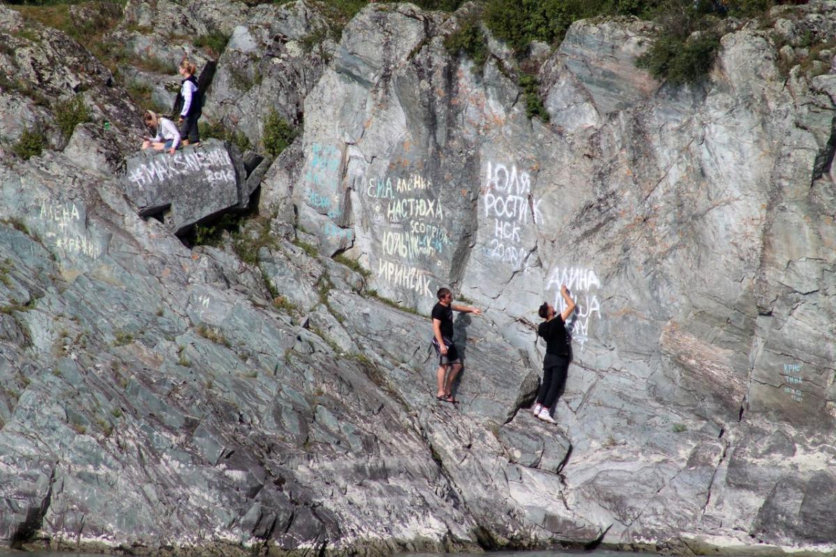 Вот что заставляет этих молодых людей карабкаться на скалы?